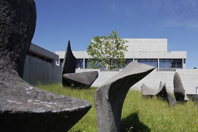 Aussenansicht HSG mit Skulpturen