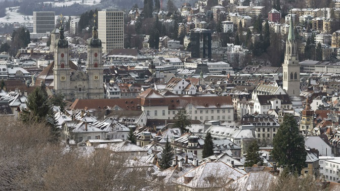 Blick von den Drei Weihern auf die schneebedeckte Altstadt von St.Gallen