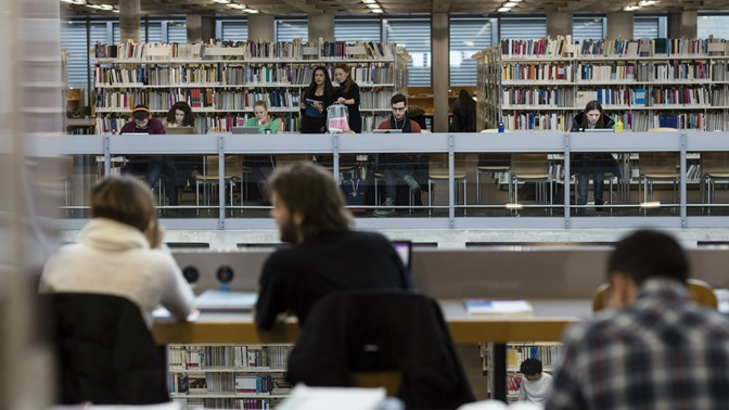 Studierende in der Bibliothek der Universitaet St.Gallen (HSG)