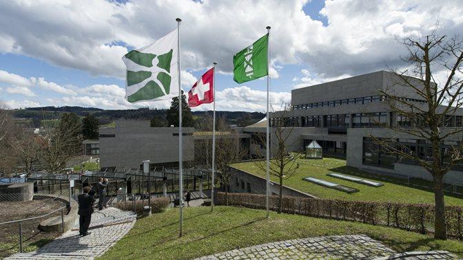 Fahne der Schweiz, des Kantons St.Gallen und der Universitaet St.Gallen (HSG)