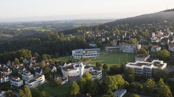 Luftaufnahme des Weiterbildungszentrums (WBZ) bei sonnigem Wetter